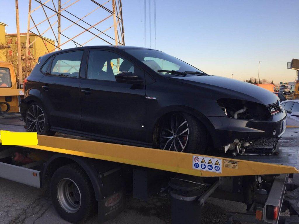 Frankcar Wolkswagen nera su carro attrezzi per la demolizione